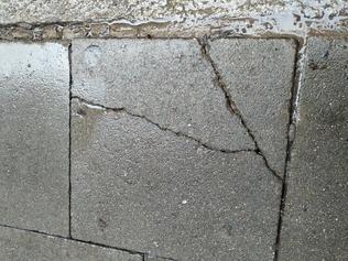 Reparació paviment solt i trencat, i paviment lliscant