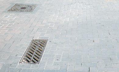 Arranjar les llambordes dels carrers del nucli antic