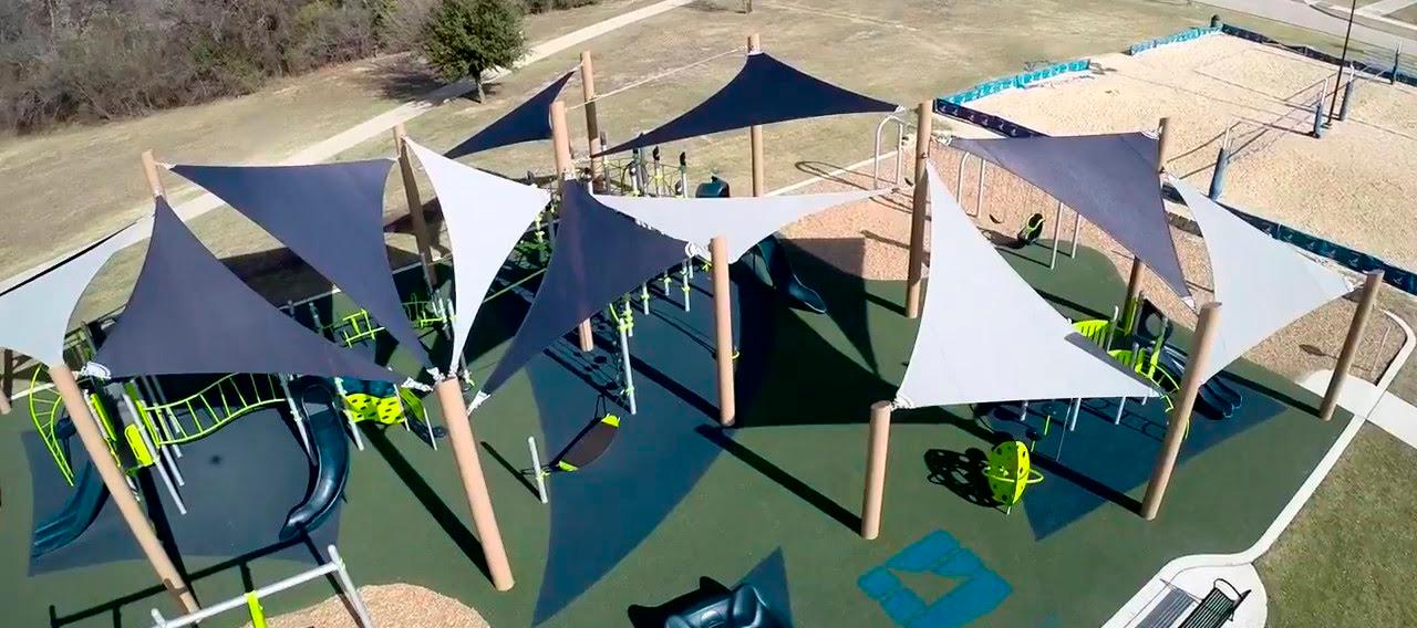 Ombra als jocs infantils del Parc Popular