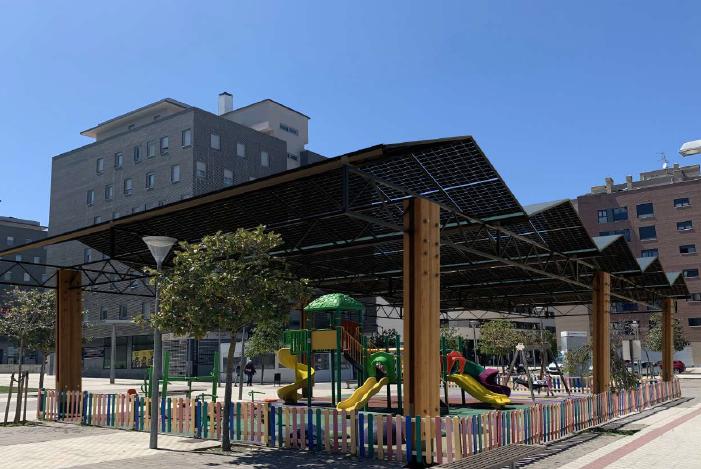 Cubierta con placas fotovoltaicas semitransparentes para parque infantil